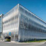 In Bielefeld hat das Unternehmen Goldbeck ein Mitarbeiter-Parkhaus in Systembauweise mitindividuell entwickelter Aluminiumfassade errichtet. Bilder: Goldbeck