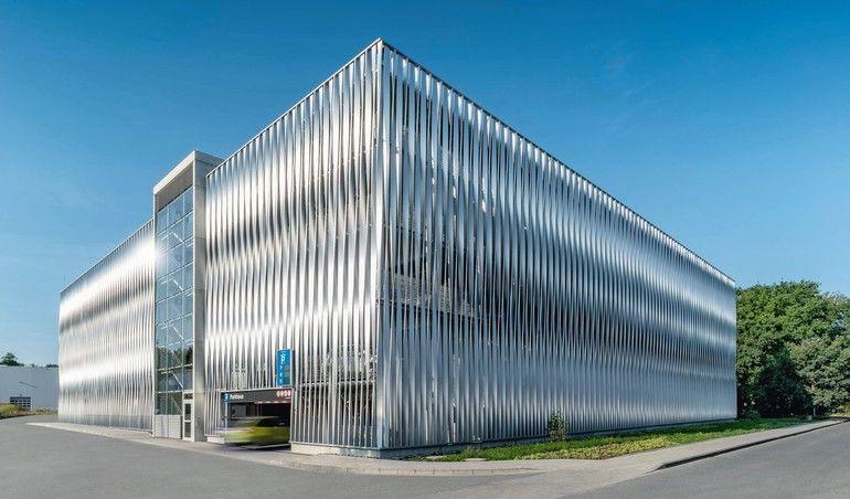 In Bielefeld hat das Unternehmen Goldbeck ein Mitarbeiter-Parkhaus in Systembauweise mitindividuell entwickelter Aluminiumfassade errichtet.