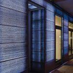 Flächige und in diesem Fall auch farbige Wirkung von Lichtbeton mit LED-Hinterleuchtung an einer Fassadenteilfläche von Wolf Architekten, Berlin. Bild: Lucem