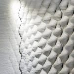 Mit dem additiven Verfahren des 3D-Betondrucks werden gerundete, gewölbte oder amorphe Strukturen möglich, die sich im herkömmlichen Schalungsbau gar nicht oder nur mit unvertretbar hohem Aufwand herstellen lassen. Bild: Baumit