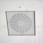 Das Einbringen der Zuluft in die Räume erfolgt über unauffällig in die Betondecke integrierte Luftauslässe. Bild: Kiefer