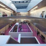 Das großzügige Treppenhaus ist ein Ort der Begegnung und Kommunikation – das Herzstück des Schulgebäudes. Bild: Kiefer