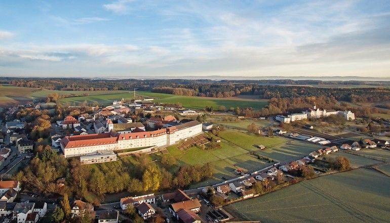 Bei der Sanierung des Klosters Mallersdorf kam eine Trockenestrich-Fußbodenheizung mit geringer Aufbauhöhe und relativ niedrigem Flächengewicht zum Einsatz.