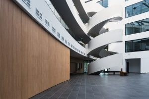 Faltwerk-Treppe mit ellipoid ansteigende Brüstungswangen: Die sechsläufige Atriumtreppe mit Faltwerk-Stufen zeichnet sich durch besondere Formgebung aus. Bild: MetallArt Treppen