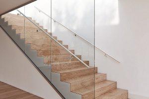 """Die deckenhohe Ganzglas-Trennwand """"Easy Glass Wall"""" von Q-railing bringt Treppen besonders zur Geltung. Bild: Q-railing"""