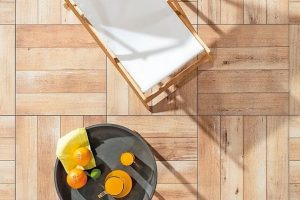 Naturstein-, Zement- oder Holzoptik für Fliesen im Außenbereich: frostbeständig, belastbar und anspruchslos in der Pflege. Bild: Rako