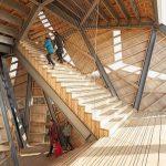 129 Stufen aus Accoya müssen Besucher bewältigen, wenn sie von der Spitze des Aussichtsturms aus den Blick auf die alten Befestigungsanlagen von Brabant genießen möchten. Bild: Rhodia Acetow / Katja Effting