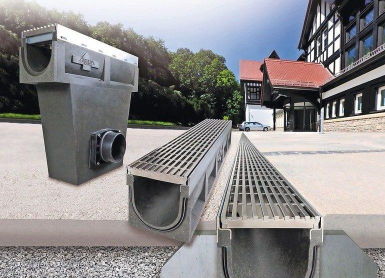 """Die Entwässerungsrinne """"Poly-Fortis"""" besteht aus Polymer-Beton und zeichnet sich durch ein geringes Gewicht bei gleichzeitig hoher Belastbarkeit aus."""