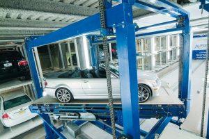 """Das vollautomatische Parkhaus-System """"UP"""" von stolzer ermöglicht platzsparendes Parken auf mehreren Ebenen mit schnellen Zugriffszeiten."""