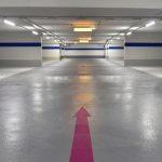 Für die optische Aufwertung der Parkgarage entwickelte das Planungsbüro auch ein Farbkonzept. Die farbigen Richtungspfeile beispielsweise weisen Nutzern den Weg. Bild: Triflex