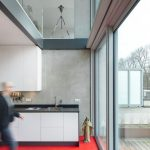 Lichte Innenräume, teilweise mit mehreren Ebenen, und mit glatten Sichtbetonwänden. Bild: Stijn Poelstra