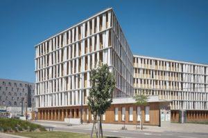 """Bürogebäude """"Seeparkcampus West"""" in Wien: Bewegliche Schiebeläden sorgen für den erforderlichen Sonnenschutz und fungieren gleichzeitig als Designelement. Bilder: © RADON photograph / Norman Radon"""