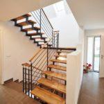 Schallisolierte Holz-/Stahltreppe