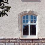 Die eingesetzten Holzdenkmalfenster mit Sprossen kommen der ursprünglichen Fenstereinteilung sehr nahe und überzeugten u.a. auch durch schlanke Profile. Bild: Kneer-Südfenster