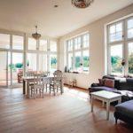 Der hohe Anteil an großformatigen Holzdenkmalfenstern in Weiß sorgt für helle Räume mit viel Tageslicht. Bild: Kneer-Südfenster
