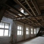 Auch das Dachgeschoss, zuvor ungenutzt, wurde ausgebaut und mit Holzdenkmalfenstern ausgestattet. Hier entstanden lichtdurchflutete Maisonette-Wohnungen. Bild: Kneer-Südfenster