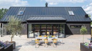 Die Solarzellen werden werksseitig direkt auf das Dachprofil aus Feinblechstahl geklebt. Bilder: Lindab