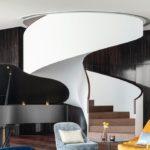 Die geschwungene, teilverblendete Wendeltreppe dominiert das Atrium. Bilder: Hotel The Fontenay