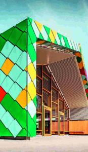 Fassade aus farbigen Aluminium-Rauten