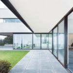 Moderne Villa mit bodentiefer Vollverglasung und Glasschiebetüren im Erdgeschoss. Bild: Rako