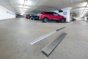 Beispielsweise in Parkhäusern, halten die Rinnen und Roste den Belastungen durch PKW dauerhaft stand. Bilder: Brink GmbH & Co. KG