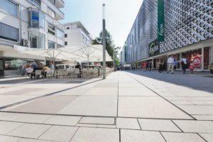 In Pforzheim ist mit der Neugestaltung der Fußgängerzone ein weiträumiges Areal zum Shoppen und Verweilen entstanden. Bilder: Richard Brink GmbH & Co. KG
