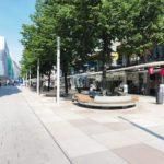 Unterhalb einer bestehenden Baumreihe entstand eine Aufenthaltszone mit organisch geformten Sitzgelegenheiten. Bild: Richard Brink GmbH & Co. KG
