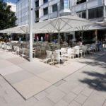 Großformatige Betonplatten in Rosé, Ocker und Sandfarben komplettieren das Farbschema des Pflasters am Marktplatz und trennen Bereiche für Einzelhandel oder Gastronomie von der Fußgängerzone ab. Bild: Richard Brink GmbH & Co. KG