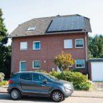 Photovoltaik-Module auf Dach einer Doppelhaushälfte