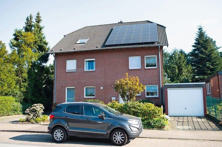 Photovoltaik-Module auf Dach des Wohnhauses.
