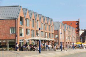 Das Quartz-Zinc auf den gestaffelten Satteldächern ist in traditioneller Stehfalzdeckung verlegt