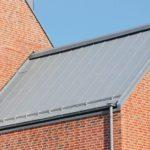 """Die Dachrinne wandert in das Dach hinein und """"entschlackt"""" die Fassadengestaltung. Bild: Paul Kozlowski und VMZINC"""