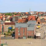 Schifferhus & Lotsenhus vermitteln zwischen den Speichern des ehemaligen Hafenviertels und der benachbarten Altstadt von Wismar. Bild: Paul Kozlowski und VMZINC
