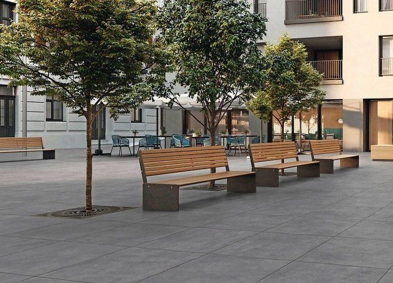 Parkbänke mit Bäumen.