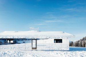 Spiegelfassade im Schnee.