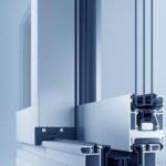 Unter anderem Dank des erhöhten Vorfertigungsgrads gestaltet sich die Verarbeitung des Aluminium-Schiebetürsystems heroal S 65 effizienter und prozesssicherer. Bild: heroal