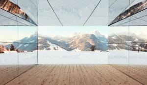 Verspiegelte Aluminiumfassade mit Bergen