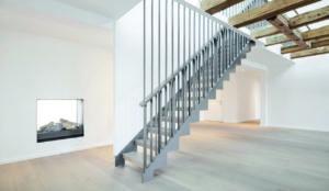 Stahltreppe mit raumhohen Geländerstäben