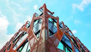 Verästelte Corten-Stahl-Fassade