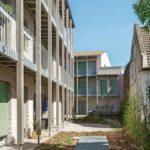 Gebäuderückseite mit angebauten Holzgalerien.