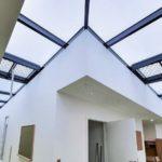 Glasflügel dienen der Be- und Entlüftung und als RWA. Bild: Lamilux