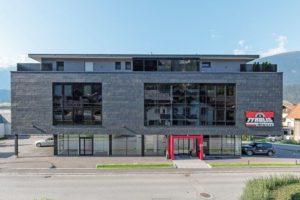 Schieferfassade für den Neubau von Tyrolis Musik in Zirl, Österreich. Bilder: Rathscheck Schiefer