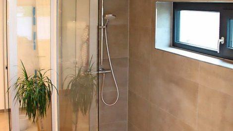 Ebenerdige, geflieste Dusche mit Glastrennwand. Bild: Vitramo, Tauberbischofsheim
