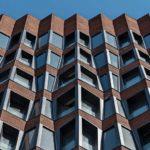 Ehemalige Backsteinfabrik mit neu entworfenen Fensterfronten mit komplexer Geometrie.