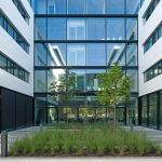 Das schwach reflektierende Dreifach-Sonnenschutz-Isolierglas sorgt für Sommerlichen Wärmeschutz. Bild: Andreas Frisch; GSP Architekten
