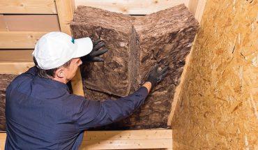 Die Dämmplatte für den modernen Holzbau ist nicht brennbar. Bild: Knauf Insulation