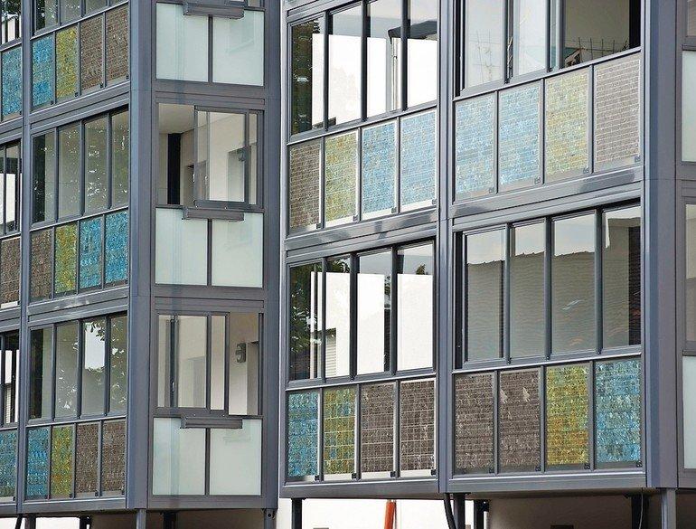 Die gebäudeintegrierte Photovoltaik in der Balkonbrüstung ist eine optisch ansprechende Alternative zur üblichen Installation auf dem Dach.