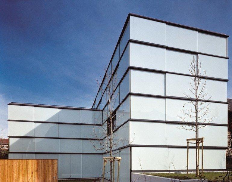 Bei GM Lightroll 6/8 handelt es sich um ein Schiebesystem für die Terrassen-, Loggien- und Balkonverglasung, bei dem das Glas unten geführt wird.