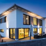 Große Aluminium-Kunststoff-Fenster und -Terrassentüren sorgen in einem EFH in Oberbayern für viel Tageslicht sowie guten Wärme- und Schallschutz. Bilder: Kneer-Südfenster