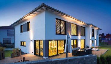 Große Aluminium-Kunststoff-Fenster und -Terrassentüren sorgen in einem EFH in Oberbayern für viel Tageslicht sowie guten Wärme- und Schallschutz.